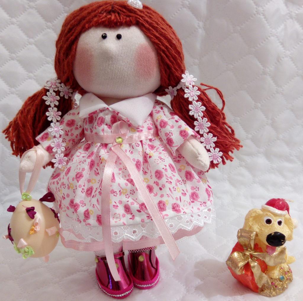 Текстильные куклы ручной работы. Фото . Девочка с игрушкой