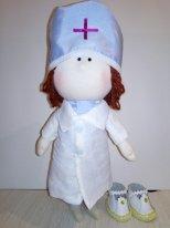 Кукла из ткани уверенно стоит на своих ногах